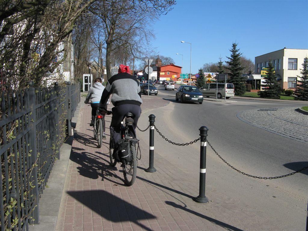 chodnik przy rondzie